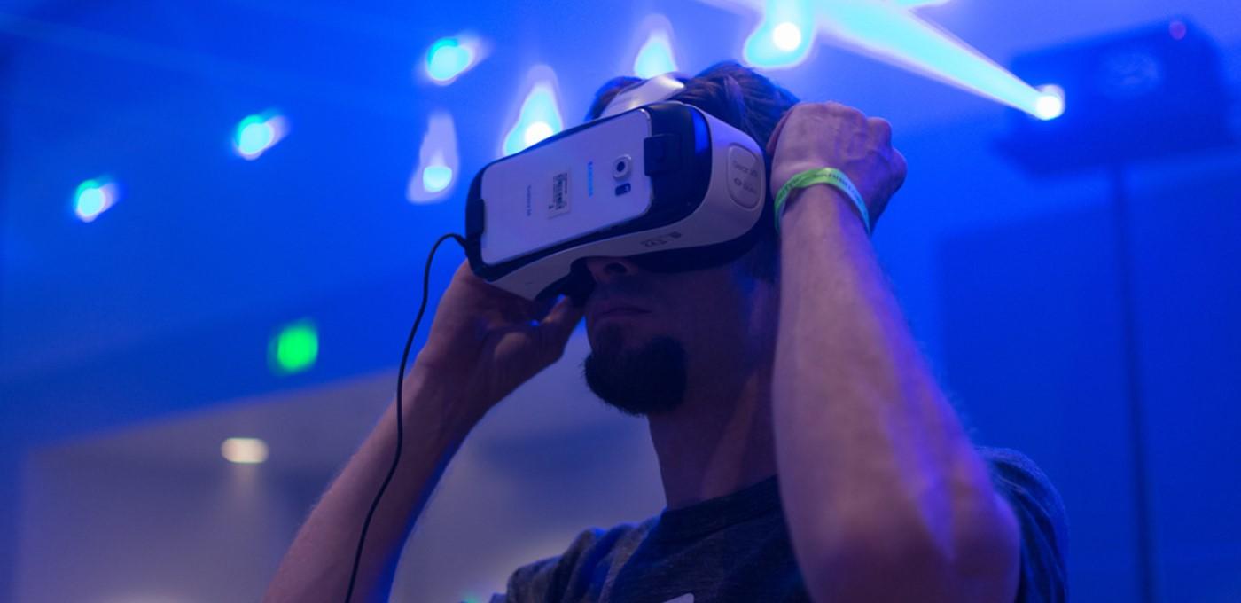 Jogador utilizando óculos VR.