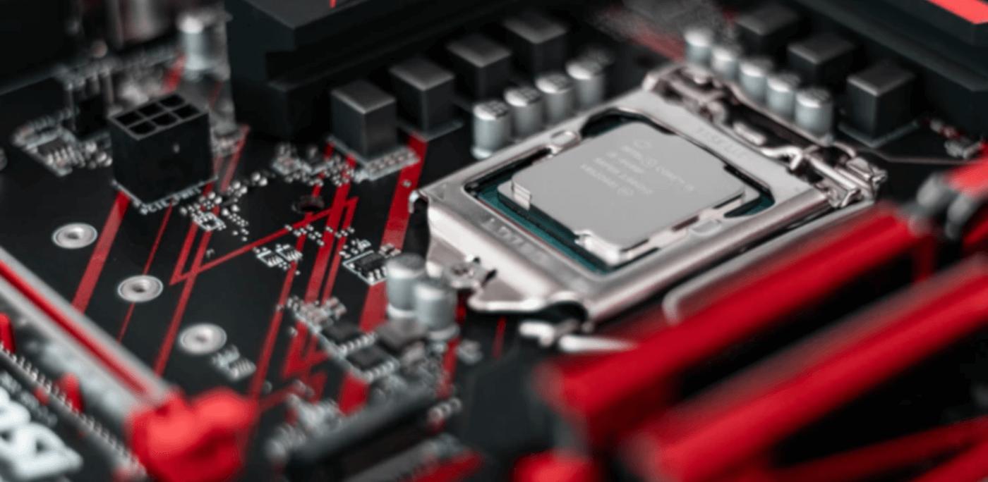 Detalhe de placa-mãe e CPU.