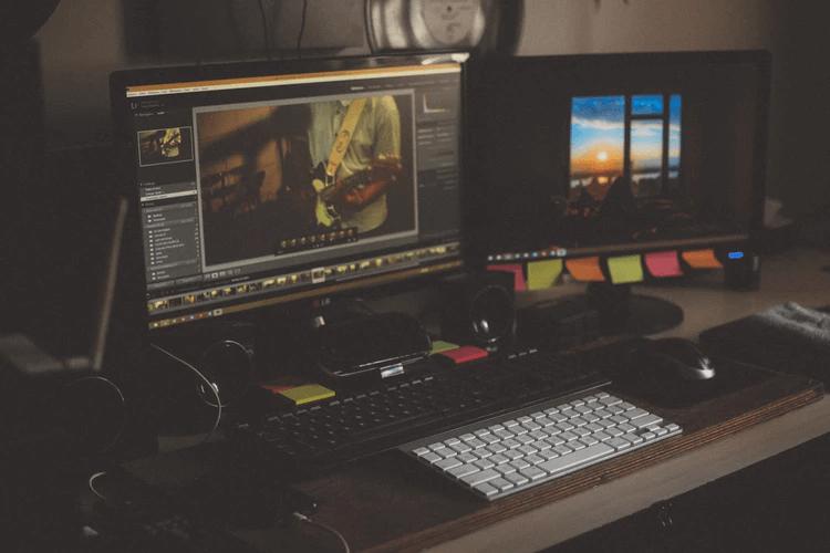 Computador com software de edição de vídeo.