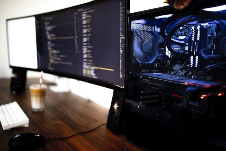 Setup gamer com duas telas.