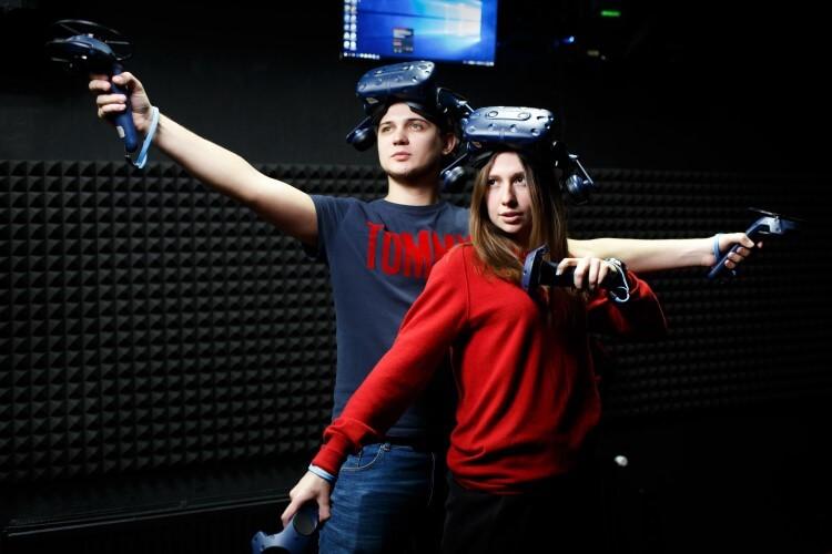 Pessoas vestindo óculos e acessórios para VR.