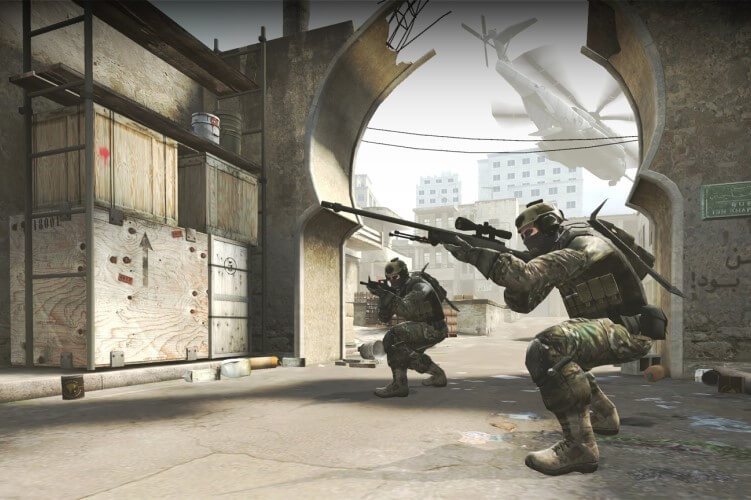 Screenshot do game CS: GO, com os personagens agachados.