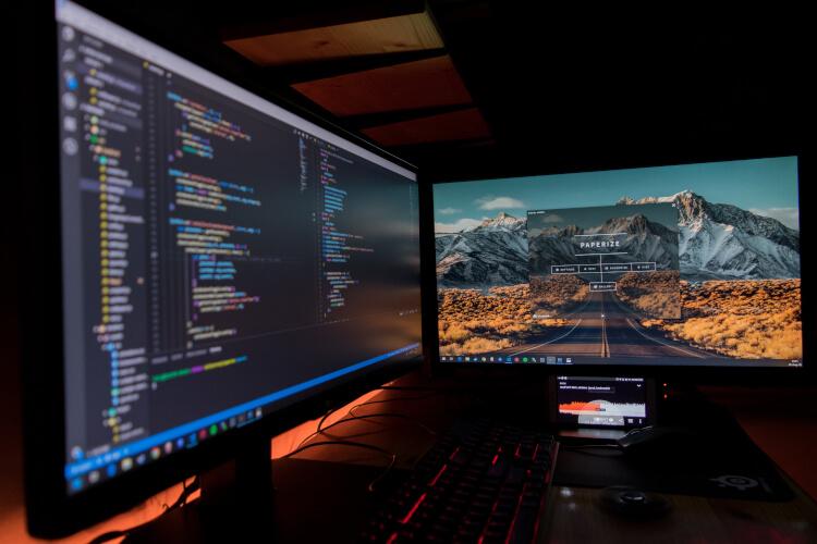 Setup com dois monitores.