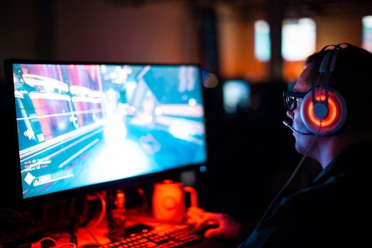 PC Gamer jogando no escuro.