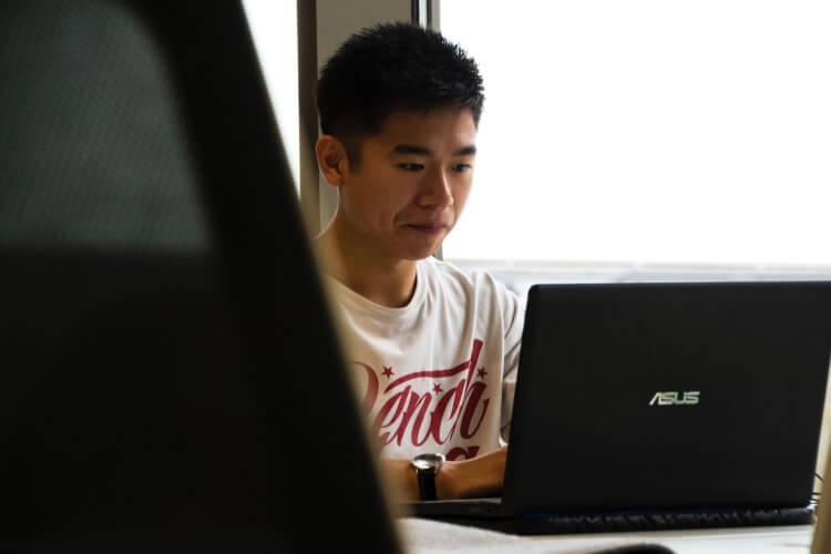 Desenvolvedor de jogos utilizando notebook.