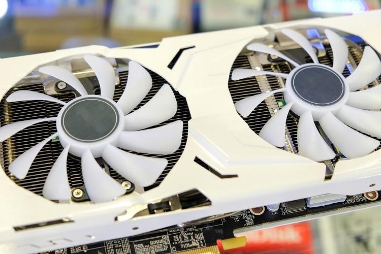 Detalhe de uma GPU branca com duas fans.