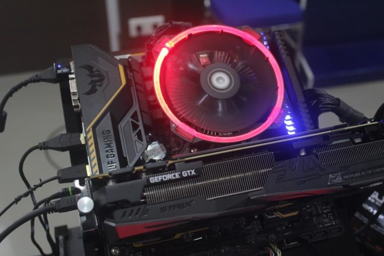 Imagem de um PC instalado em uma bancada, com uma GPU.