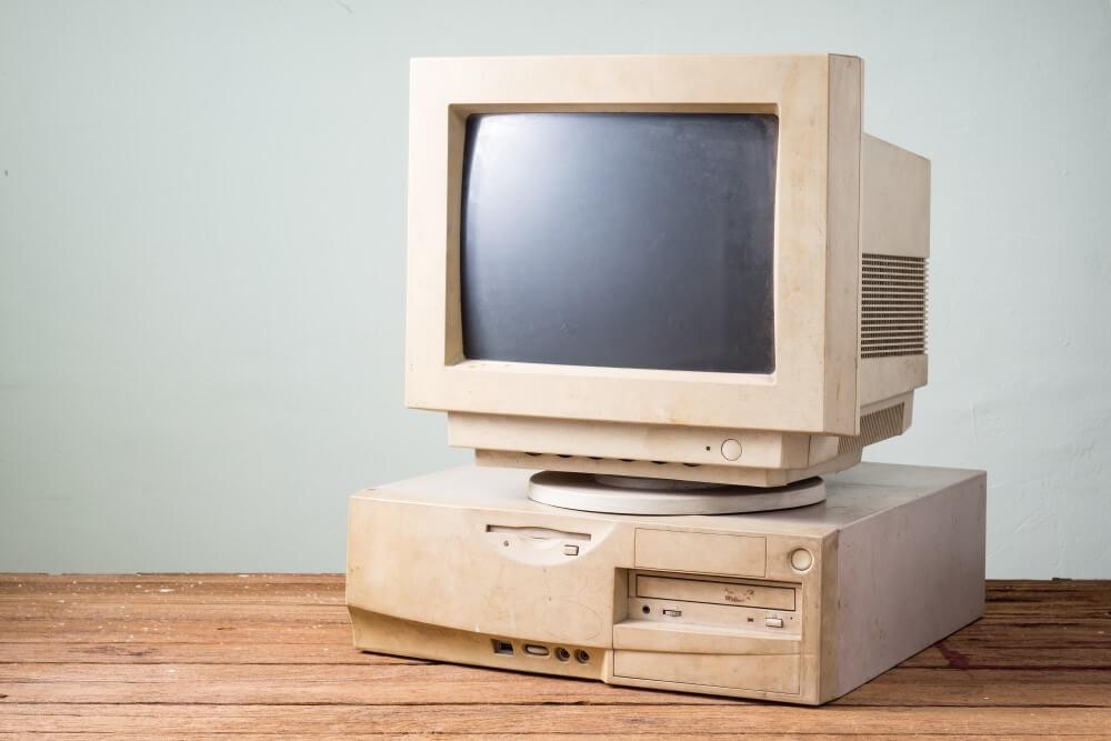 Computador de mesa antigo e desgastado.