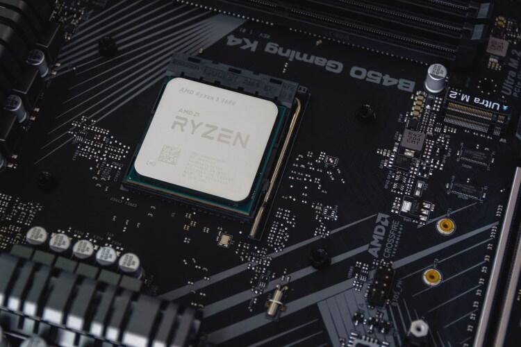 CPU AMD Ryzen instalada na placa-mãe.