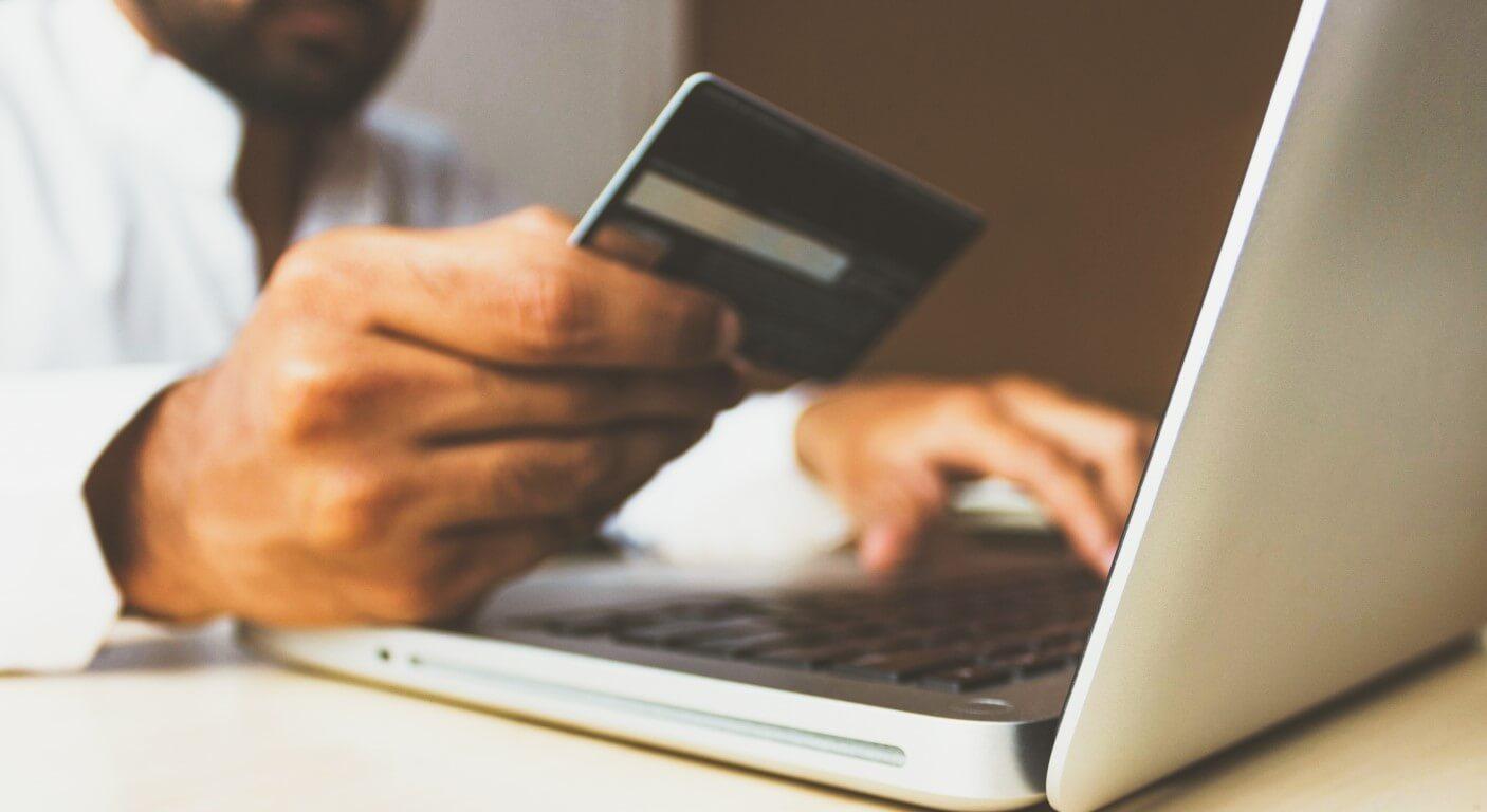 Pessoa realizando compras online com cartão de crédito.