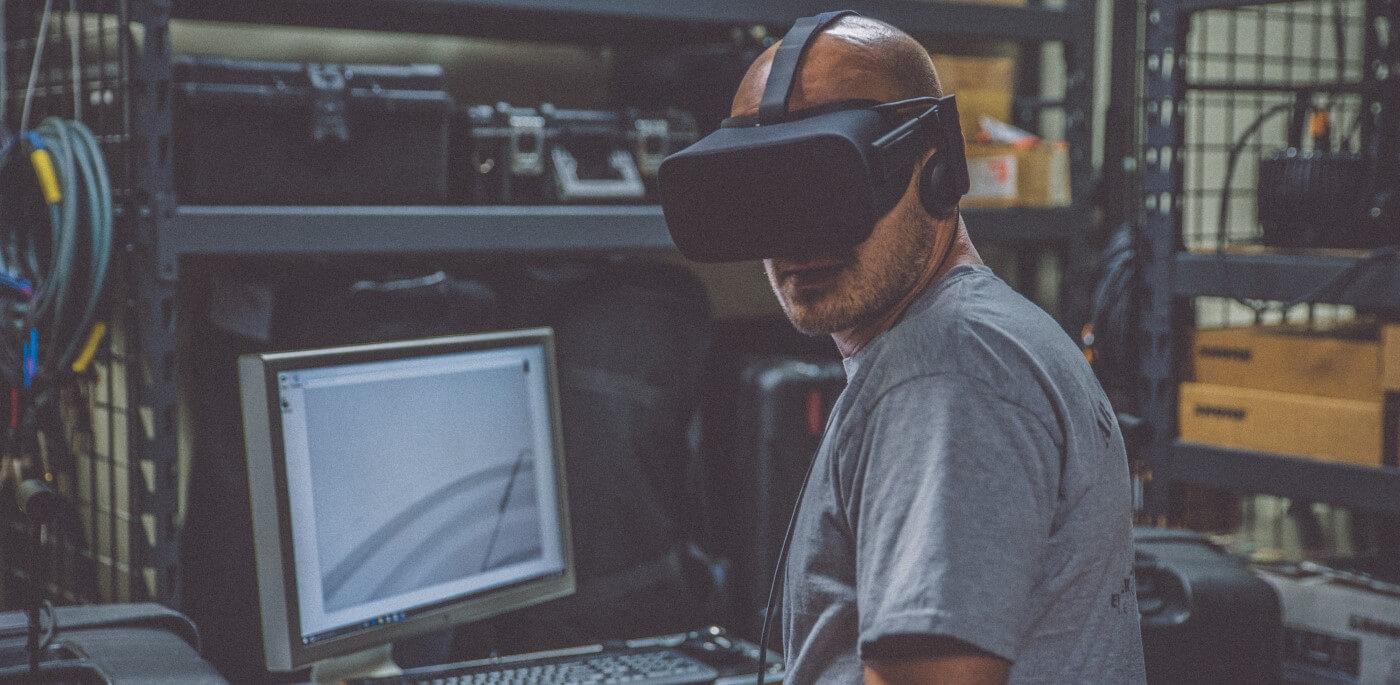 Pessoa vestindo óculos de realidade virtual.
