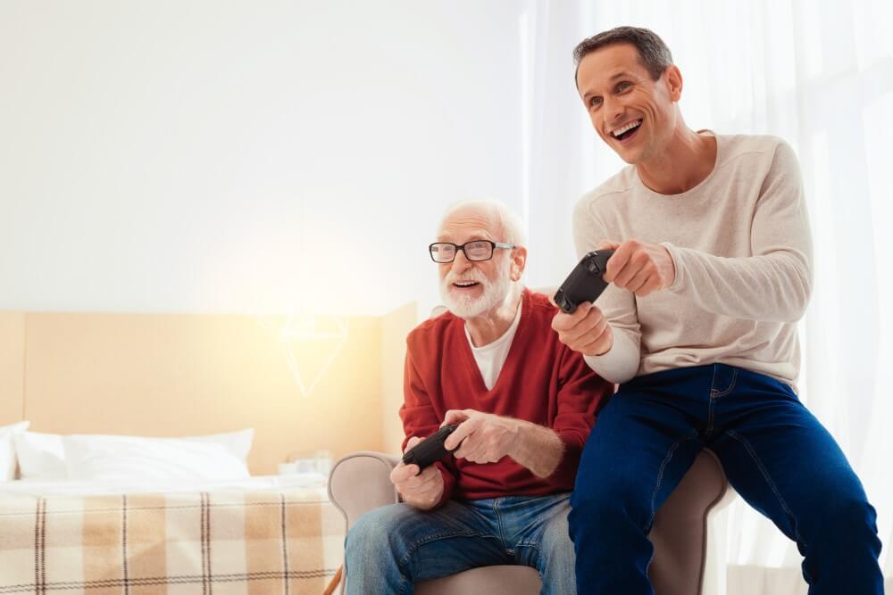 Pai e filho jogando videogame.