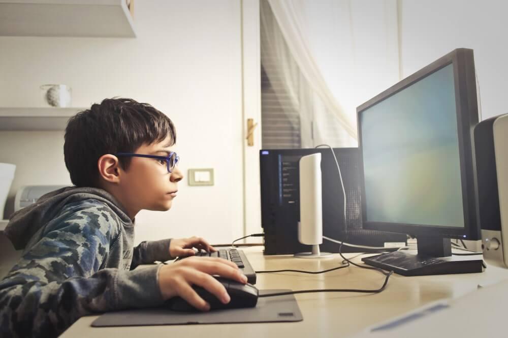 Criança jogando no PC.