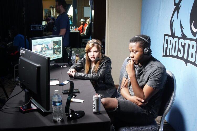 Pessoas fazendo uma live de jogos em um estúdio.