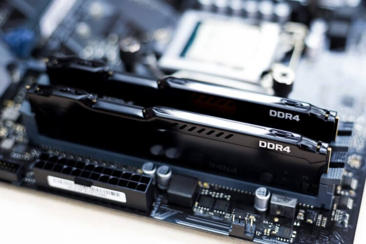 Memórias RAM instaladas na placa-mãe.
