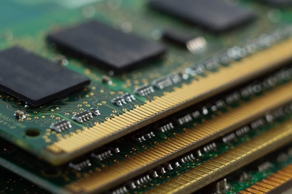 Pentes de memória RAM empilhados.