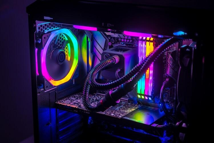 Gabinete de computador cheio de LEDs