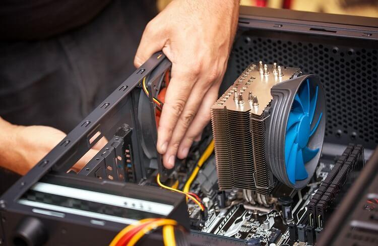 Homem montando computador